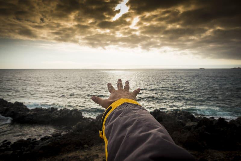 Le concept d'aventure pour la main de l'homme aiment toucher l'horizon esprit libre de voyage pour découvrir le sauvage du monde  image stock