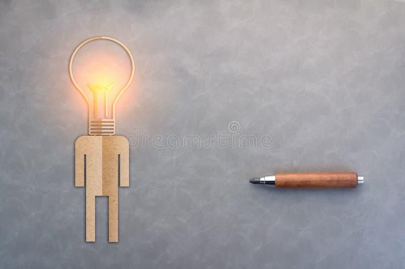 Le concept d'idées de créativité avec le papier de l'homme a coupé et la tête d'ampoule illustration libre de droits