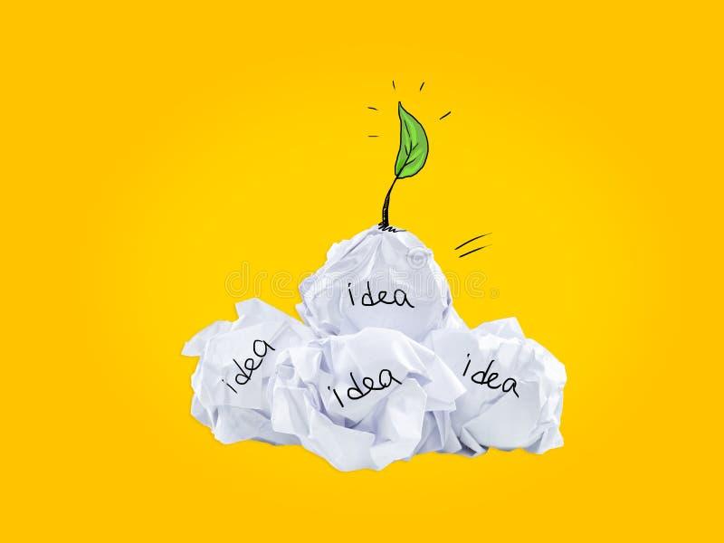 Le concept d'inspiration a chiffonné la métaphore de papier d'ampoule pour la bonne idée photographie stock libre de droits