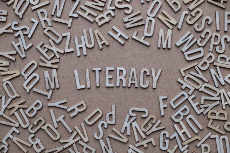 Le concept d'instruction, mot a défini dans les lettres en bois photos stock