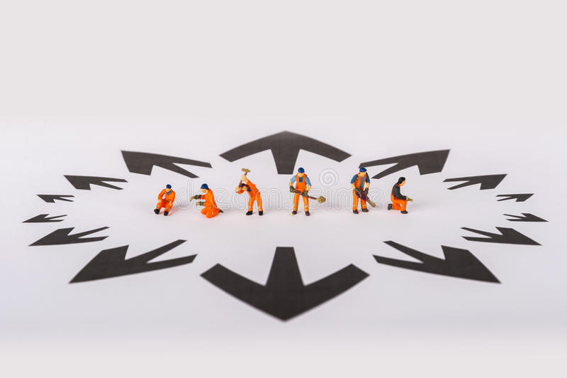 Le concept d'une solution collective à tout problème Travailleurs miniatures de jouet images stock