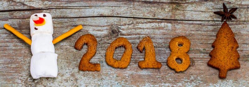 Le concept 2018 de bonne année - bonhomme de neige drôle de guimauve et engourdissent photographie stock