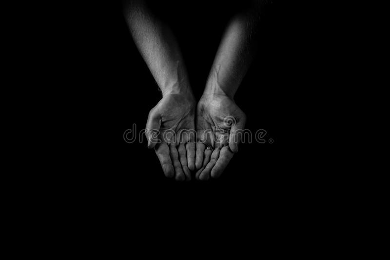 Le concept de coup de main, le ` s d'homme remet des paumes, donnant le soin et suppl. images stock