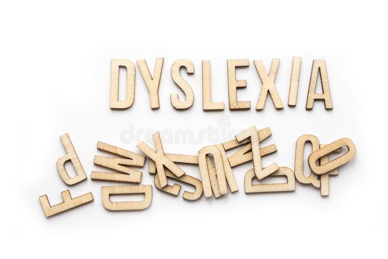 Le concept de dyslexie, mot a défini dans les lettres en bois images libres de droits