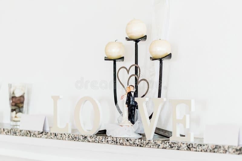 Le concept de jour du mariage avec des lettres aiment et chandelier image stock
