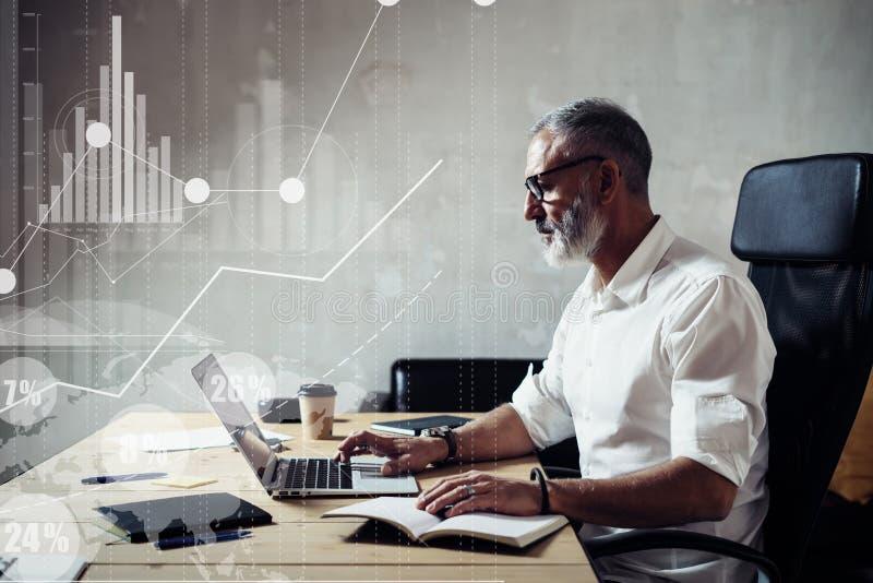 Le concept de l'écran numérique avec l'icône virtuelle globale, diagramme, graphique connecte Homme d'affaires barbu adulte porta photo libre de droits
