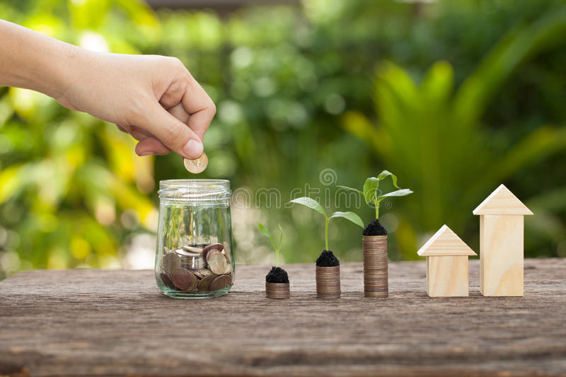 Le concept de l'épargne financière pour acheter une maison images stock