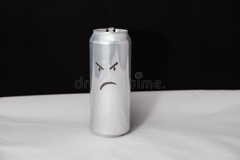 Le concept de l'homme grincheux Émoticône fâchée sur la boîte en aluminium, Emoji avec le visage rageful Sur le fond noir images stock