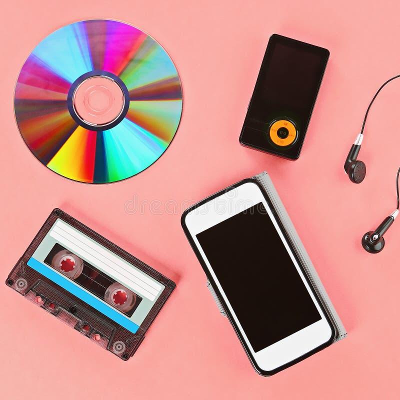 Le concept de l'?volution de la musique Cassette, CD-disque, lecteur mp3, t?l?phone portable image stock