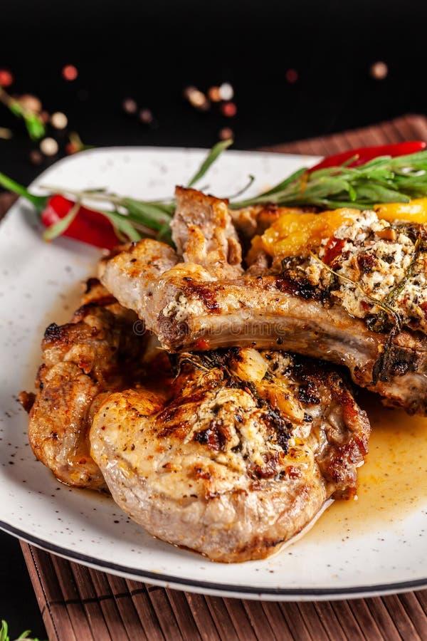 Le concept de la cuisine mexicaine Bifteck grillé de porc avec de la sauce épicée, le Salsa de poivron rouge, les pêches et les c images libres de droits