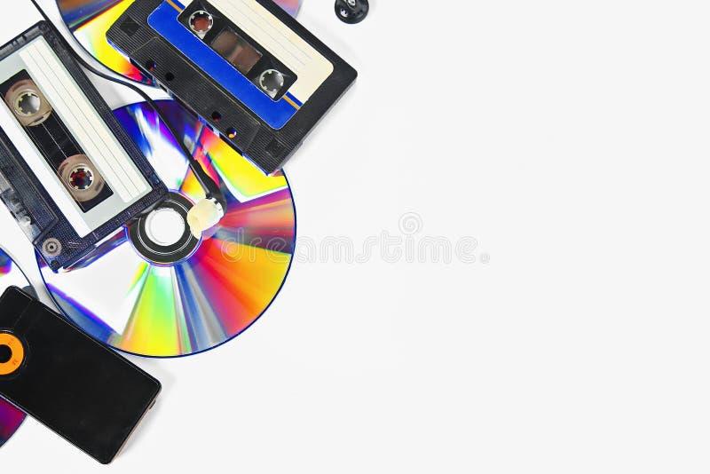 Le concept de la musique d'évolution Cassette, CD-disque, lecteur mp3 Vintage et modernit? Appui de musique image libre de droits