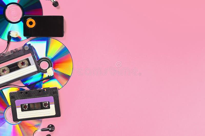Le concept de la musique d'évolution Cassette, CD-disque, lecteur mp3 Vintage et modernit? Appui de musique photo libre de droits