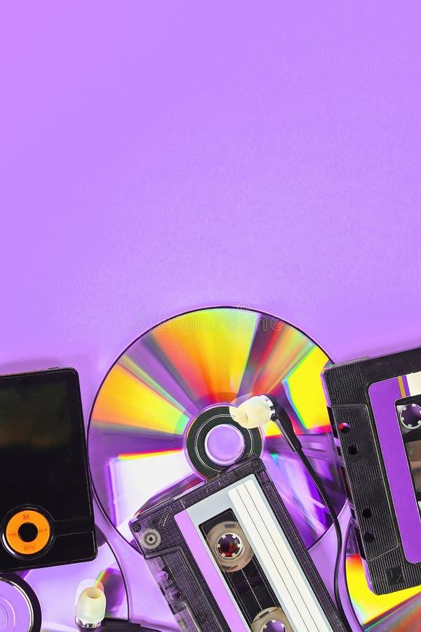 Le concept de la musique d'évolution Cassette, CD-disque, lecteur mp3 Vintage et modernit? Appui de musique photo stock