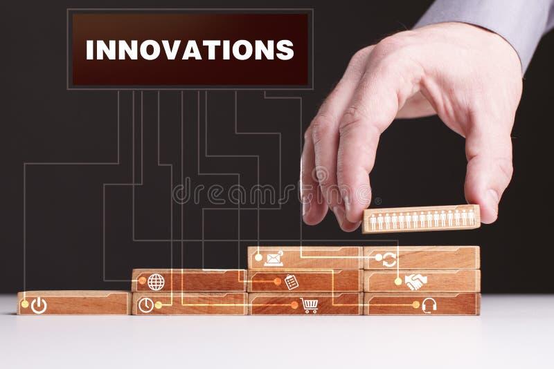 Le concept de la technologie, l'Internet et le réseau L'homme d'affaires montre un modèle de travail des affaires : Innovations photo stock