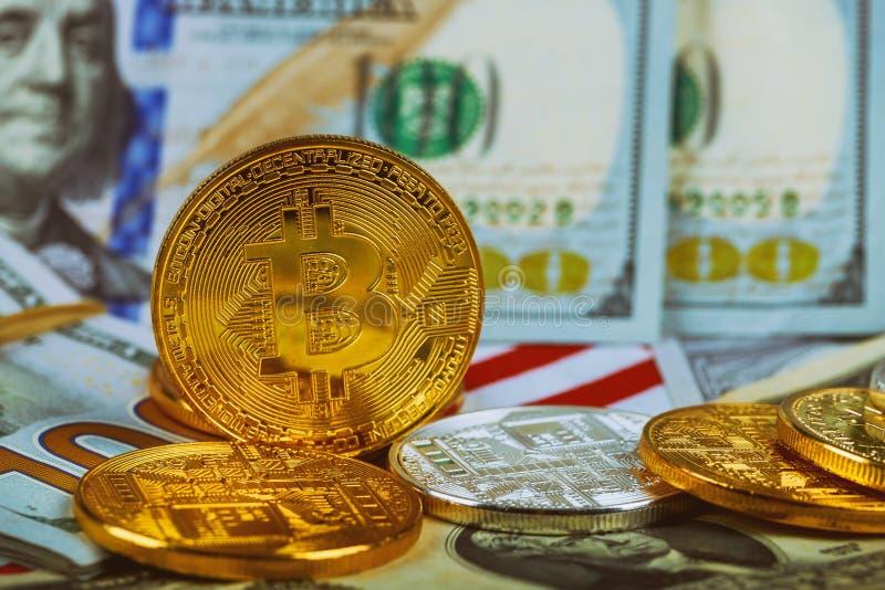 Le concept de la valeur de la crypto devise La pièce de monnaie d'or de bitcoin sur des dollars US se ferment  photos libres de droits