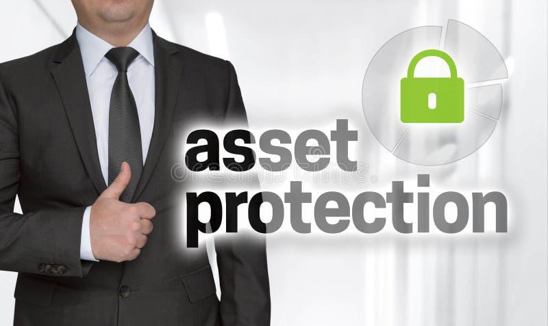 Le concept de protection des actifs et l'homme d'affaires avec des pouces images stock