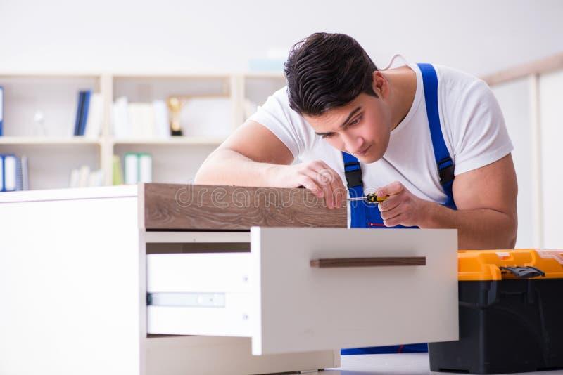 Le concept de réparation et d'ensemble de meubles photographie stock