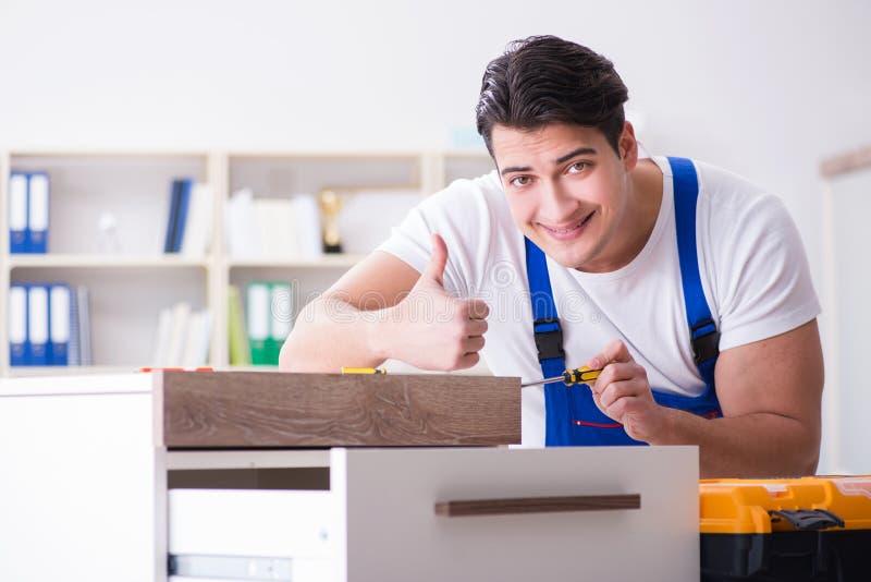 Le concept de réparation et d'ensemble de meubles image stock