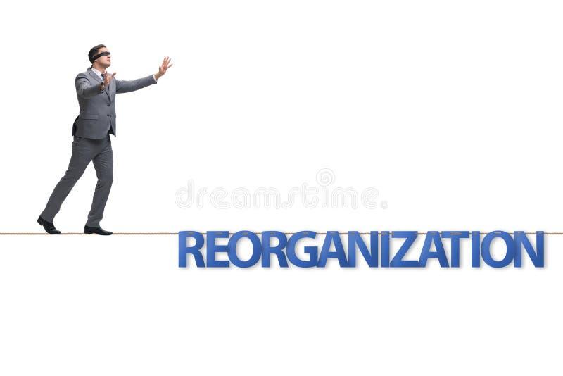 Le concept de r?organisation avec l'homme d'affaires marchant sur la corde serr photos libres de droits