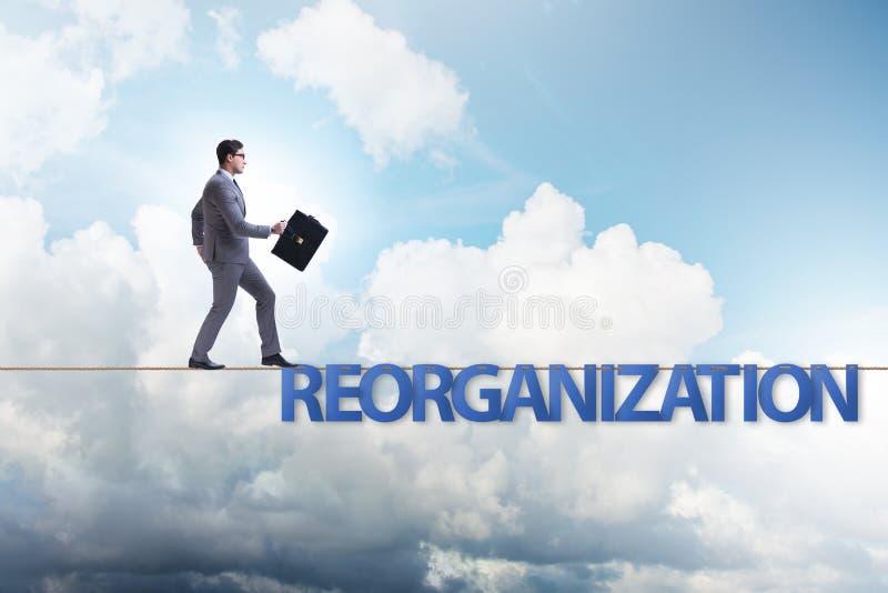 Le concept de r?organisation avec l'homme d'affaires marchant sur la corde serr images stock
