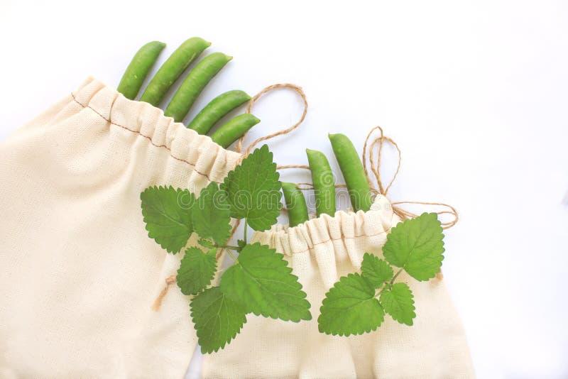 Le concept de rebut z?ro, sacs r?utilisables de coton pour des achats en plastique libres, pois, sauvent la plan?te, vie de style photographie stock