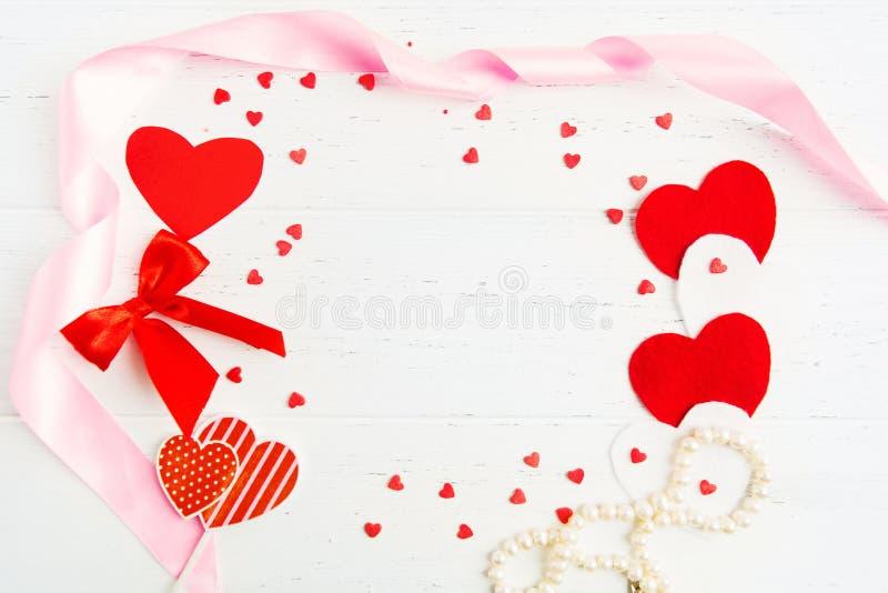 Le concept de Saint-Valentin avec le blanc, le pinl et le coeur et la décoration rouges, s'étendent à plat avec l'espace de copie photographie stock
