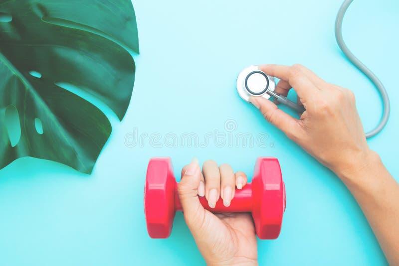 Le concept de soins de santé et de régime, le ` s de docteur remet tenir le stéthoscope photo libre de droits