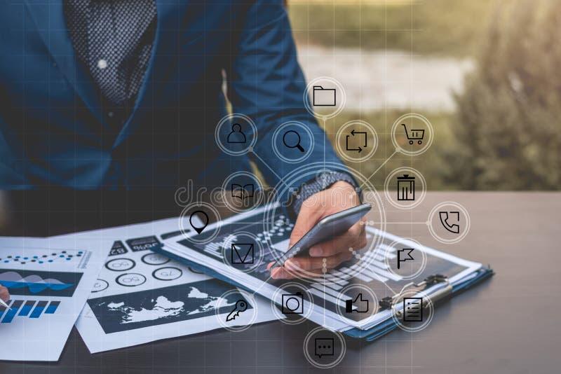 Le concept de technologie d'affaires, gens d'affaires de mains emploient le phone futé photographie stock