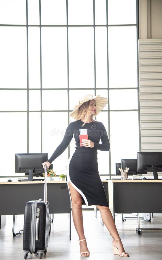 Le concept de touristes, belle femme caucasienne d'affaires préparent des accessoires de voyage pour voyager dans des vacances d' photos libres de droits