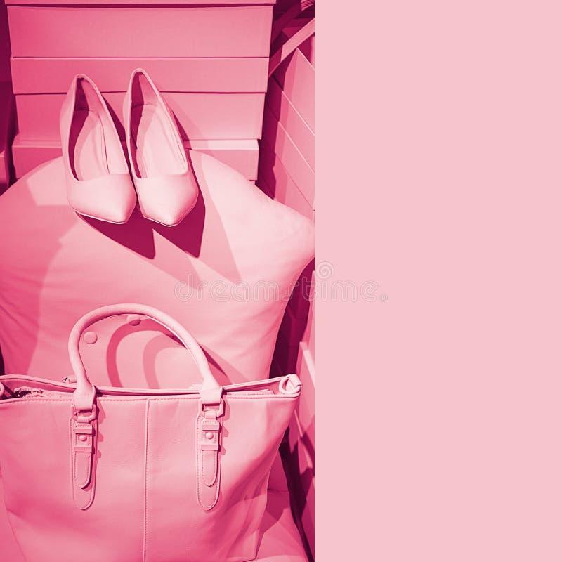 Le concept des accessoires femelles à la mode mettent en sac des chaussures sur les boîtes vides et le fond rose Équipement de mo image stock
