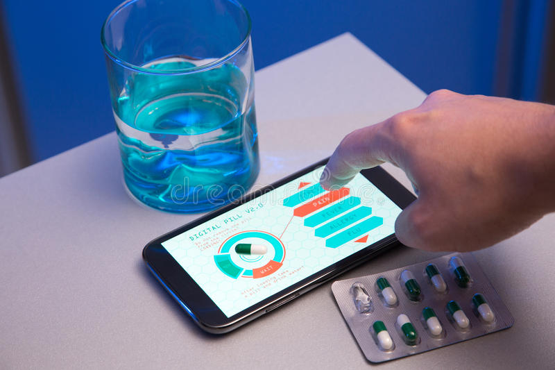 Le concept des médecines futuristes, choisissent votre type de pilule sur haut-t image libre de droits