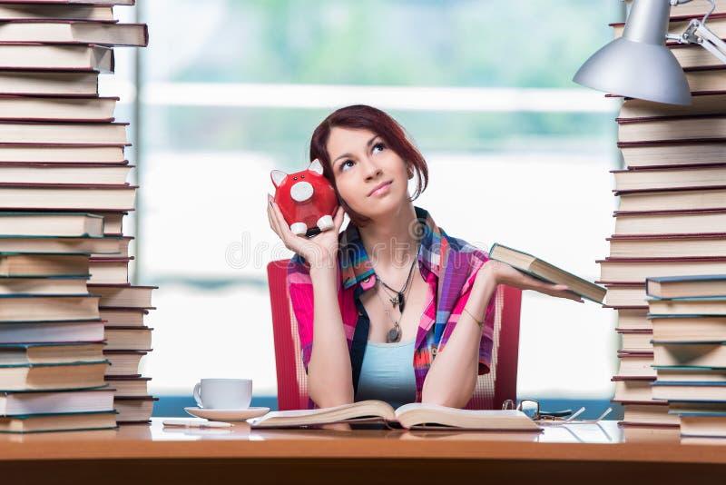 Le concept des manuels chers avec l'étudiante images stock