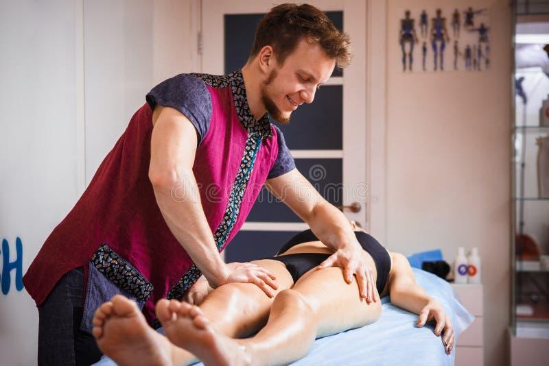 Le concept du massage et de la santé Un thérapeute masculin de massage fait le drainage et le massage lymphatiques pour modifier  image stock