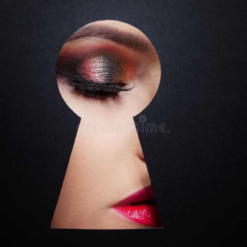 Le concept du secret de la beauté, nouveaux cosmétiques Maquillage d'oeil en gros plan, photo libre de droits