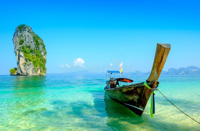 Le concept du voyage et détendent Beaux bateaux de pêche locaux sur le Se images libres de droits