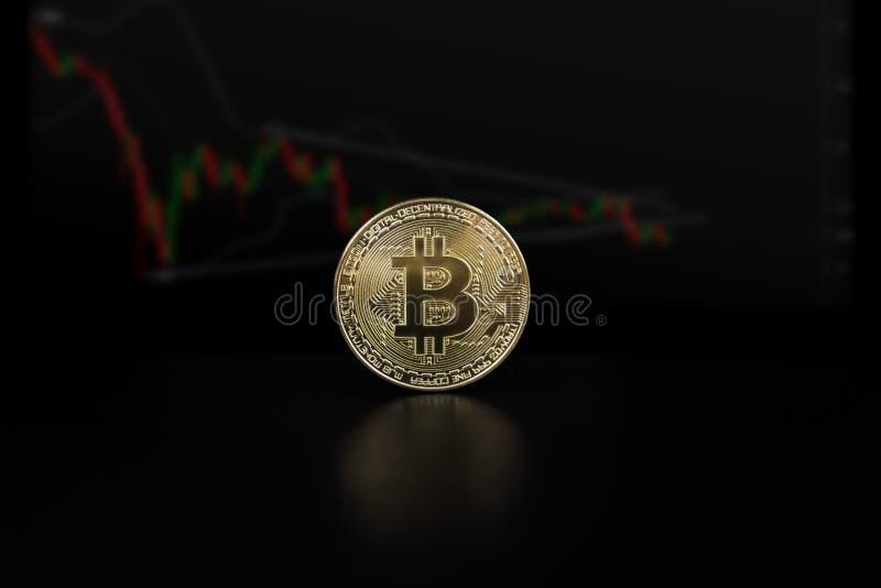 Le concept financier de croissance avec l'échelle d'or de Bitcoin sur des forex dressent une carte le fond Isolat sur le noir images libres de droits