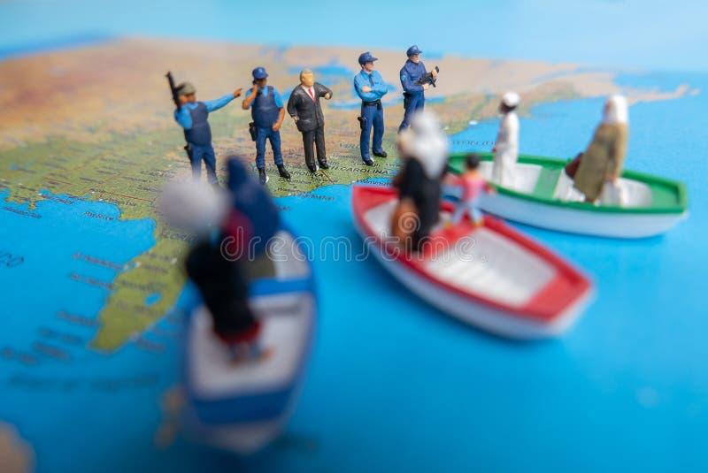Le concept miniature de personnes des personnes du Moyen-Orient arrivent en le bateau photos stock