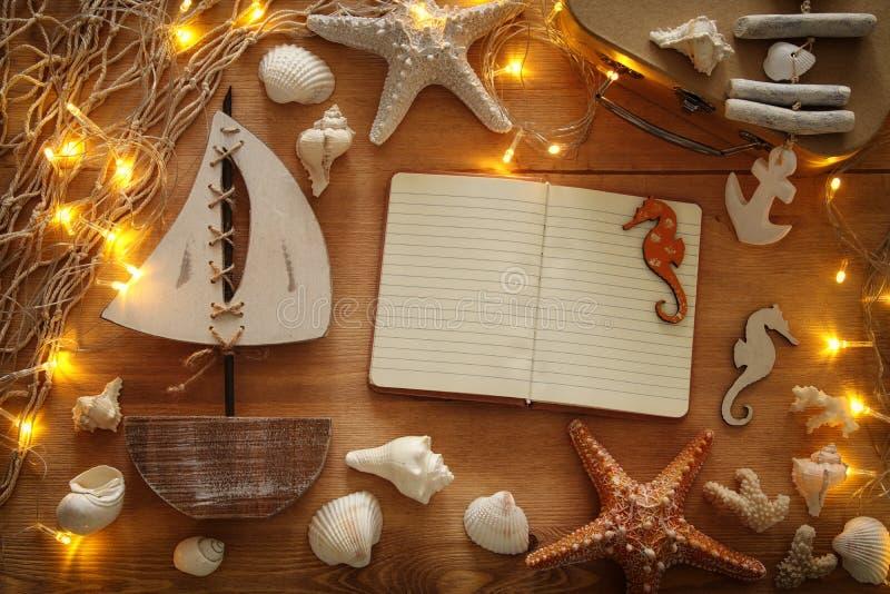 Le concept nautique avec le style de vie marine objecte sur la table en bois photographie stock libre de droits
