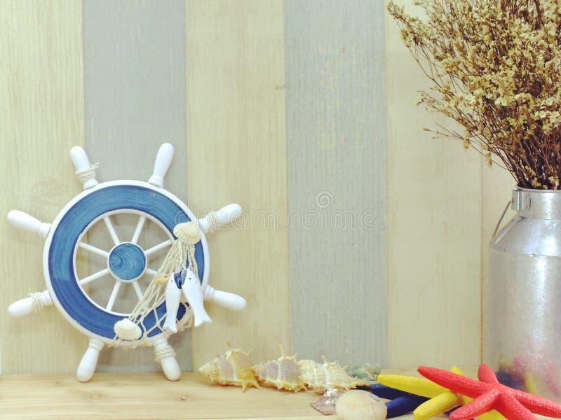 Le concept nautique avec le style d'espèce marine objecte avec le fond de l'espace photographie stock libre de droits