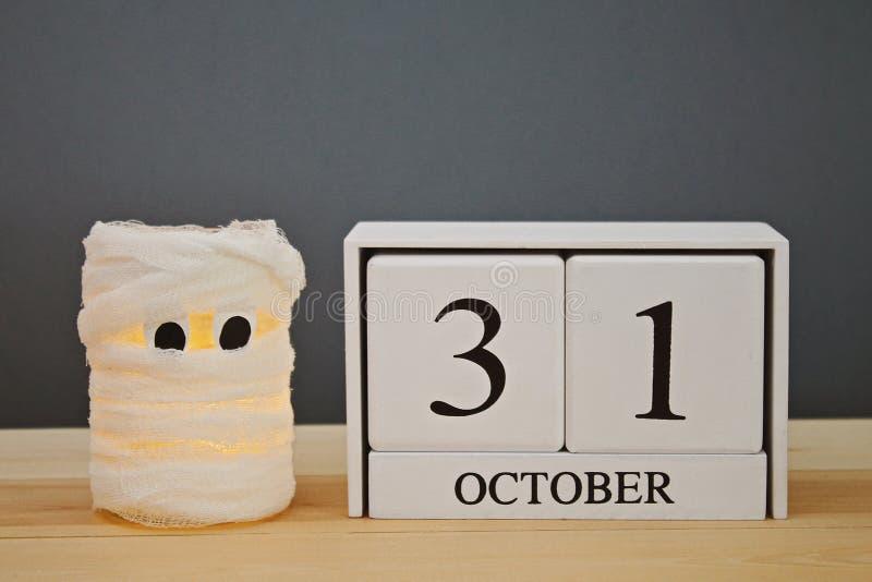 Le concept pour Halloween Maman d'une boîte, d'une gaze et des bougies, un calendrier en bois montrant le 31 octobre photos libres de droits
