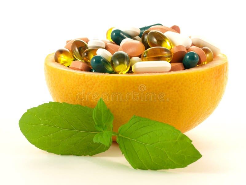 Le concept a tiré avec des pillules de vitamine dans un pamplemousse image libre de droits