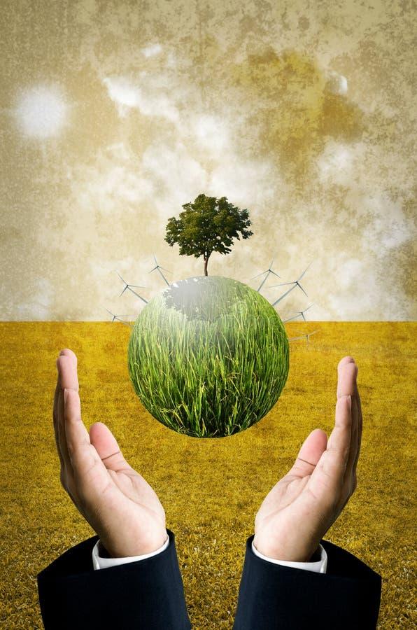 Le concept vert d'énergie, planète verte avec des turbines de vent volent plus de image libre de droits