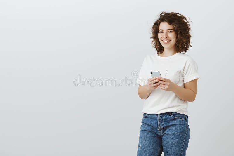Le concepteur a juste vendu l'illustration par l'intermédiaire de l'Internet Portrait de femme européenne réussie satisfaisante a photo libre de droits