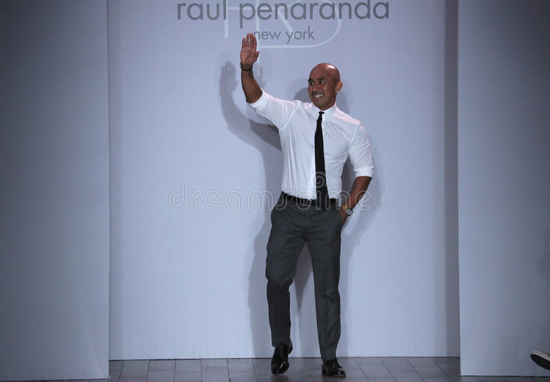 Le concepteur Raul Penaranda salue l'assistance après présentation de son exposition de Raul Penaranda Runway photo stock