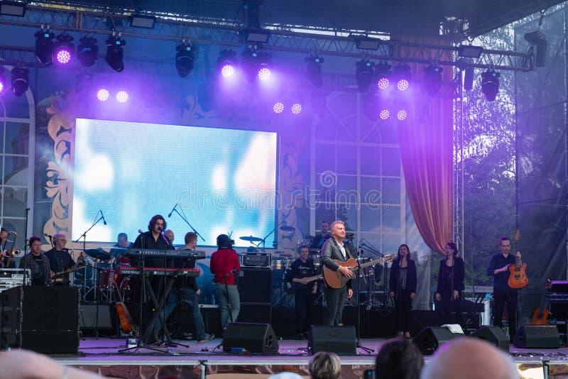 Le concert de Leonid Agutin de chanteur dans Kronshtadt, St Petersbourg, Russie, peut 18, 2019 photographie stock libre de droits
