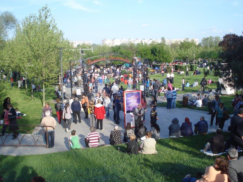 Le concert gratuit extérieur de attente de personnes dans le titan se garent à Bucarest, Roumanie dessus d'abord de mai 2015 photographie stock libre de droits