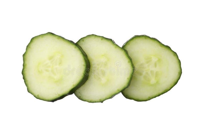 Le concombre frais de coupe d'isolement sur le fond blanc, se ferment  photo libre de droits