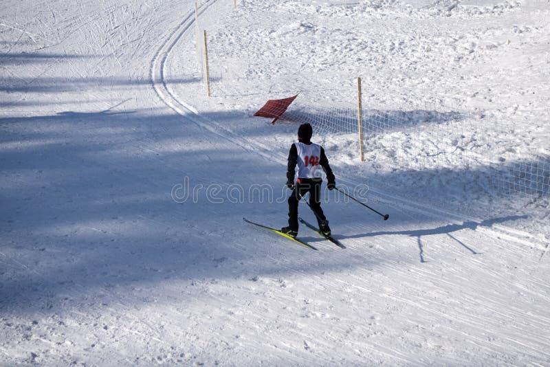 Le concours incliné de ski junior est organisé annuellement sur les pentes neigeuses de ski de la station de sports d'hiver d'hiv photographie stock