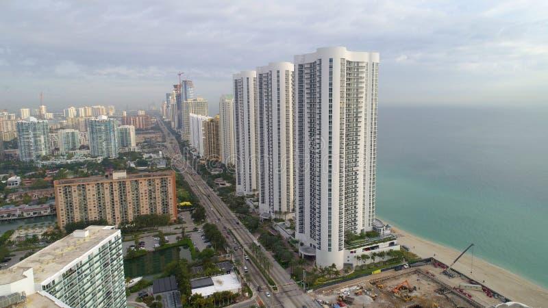 Le condominium d'atout domine plage ensoleillée la Floride d'îles images stock
