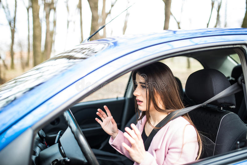 Le conducteur de femme a effrayé choqué avant que l'accident ou l'accident distribue de la roue photos stock